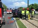 Strażacy z Jednostki Ratowniczo-Gaśniczej Szkoły Aspirantów PSP w Krakowie przy usuwaniu skutków wypadku drogowego